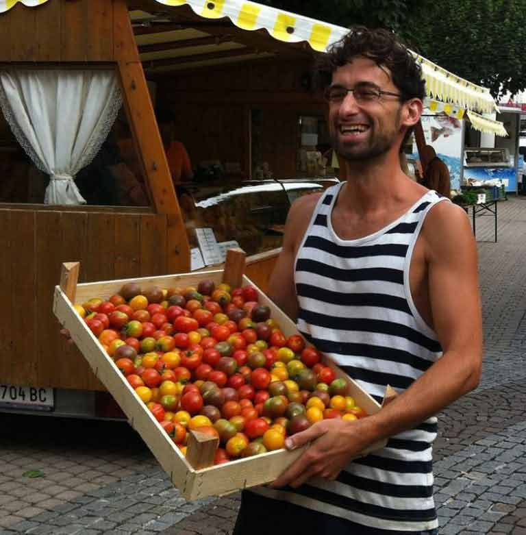 Dominik Dax mit einer Kiste Tomaten