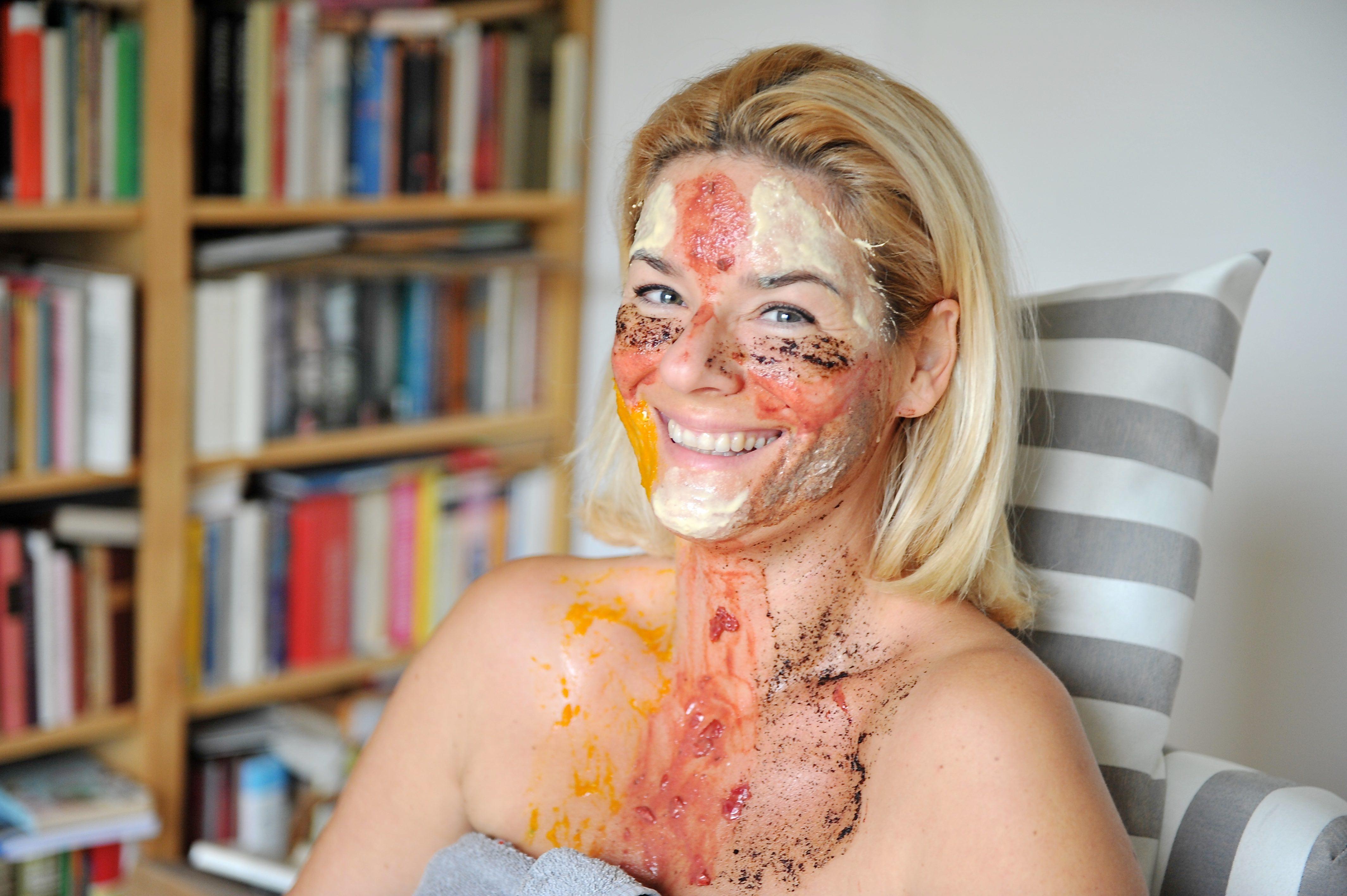 Frau mit Schönheitsmaske aus Lebensmittelresten