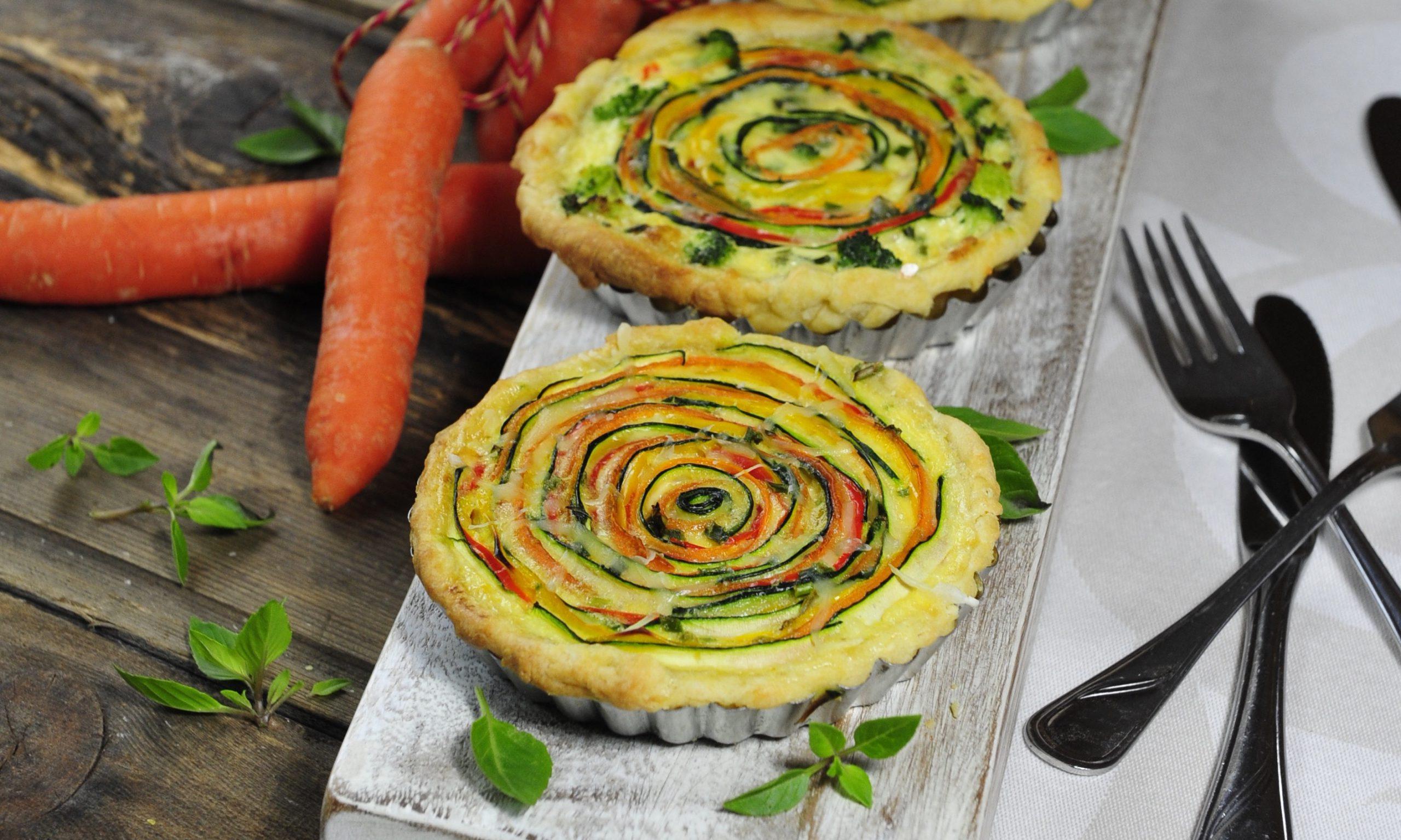 Kleine Gemüsekuchen mit Karotten und Kräutern