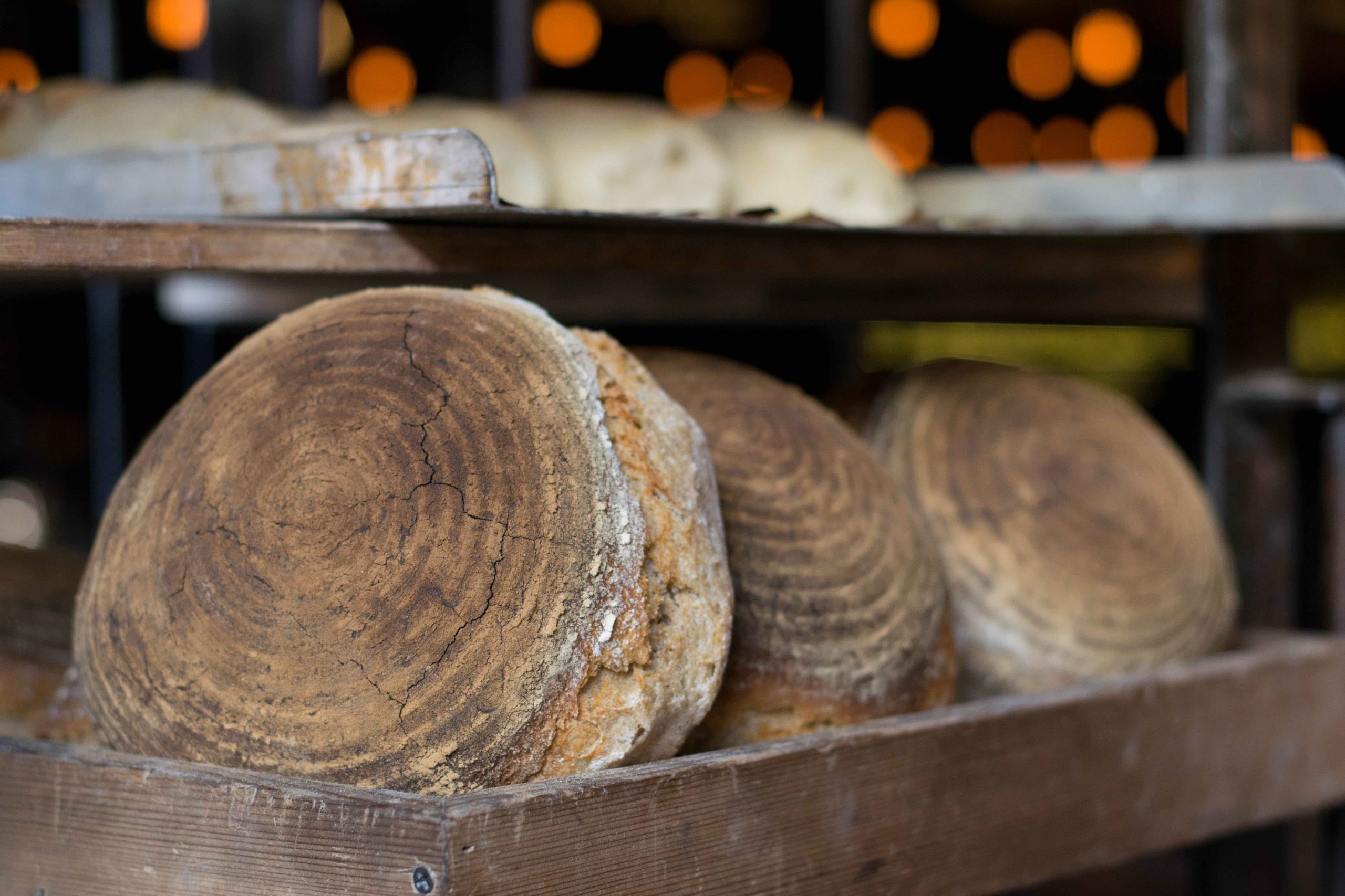 Bauernbrotlaibe im Holzregal