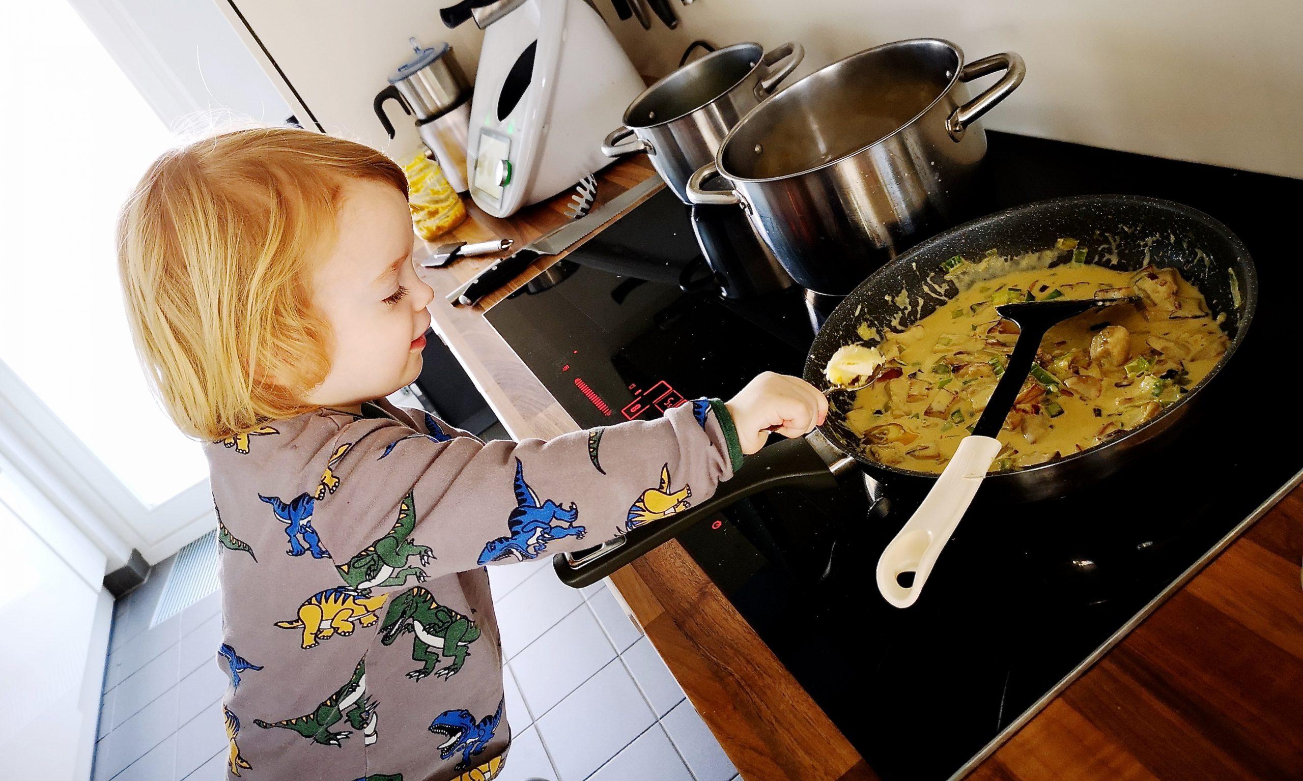 Kleiner Junge beim Kochen
