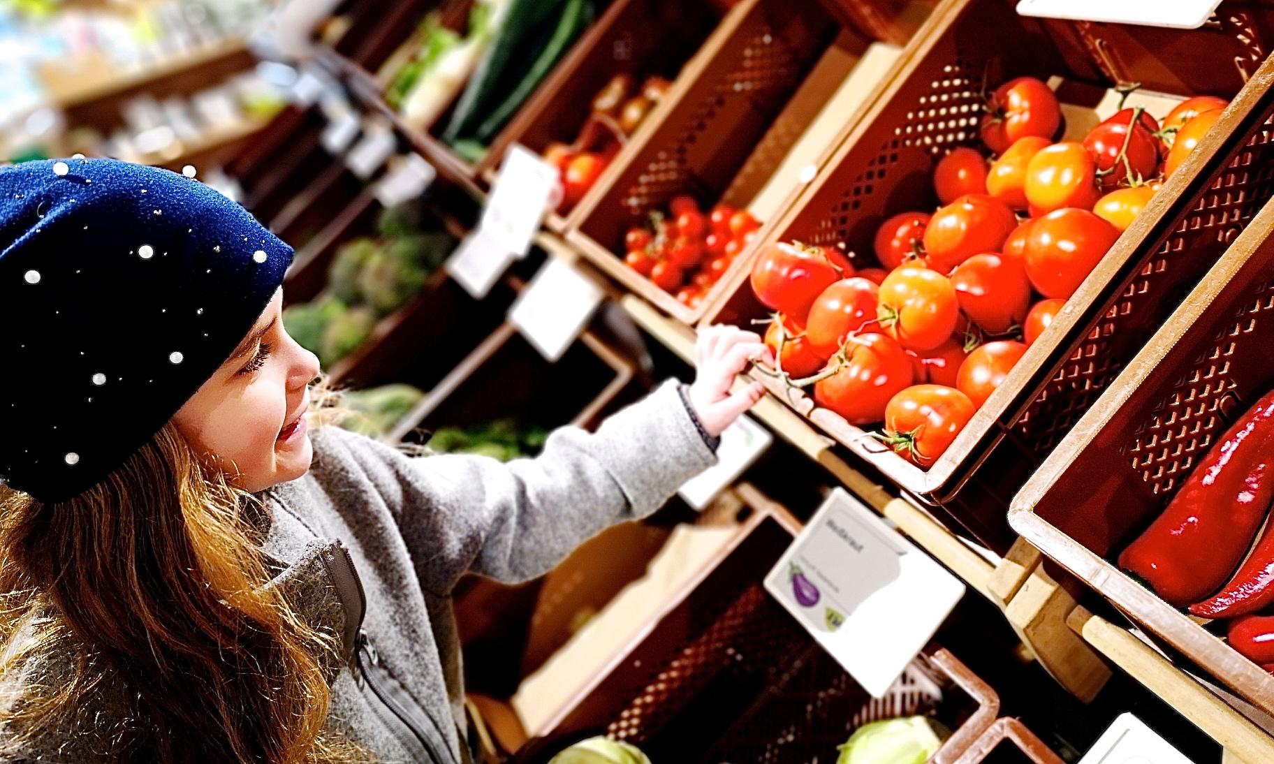 Mädchen vor dem Gemüseregal