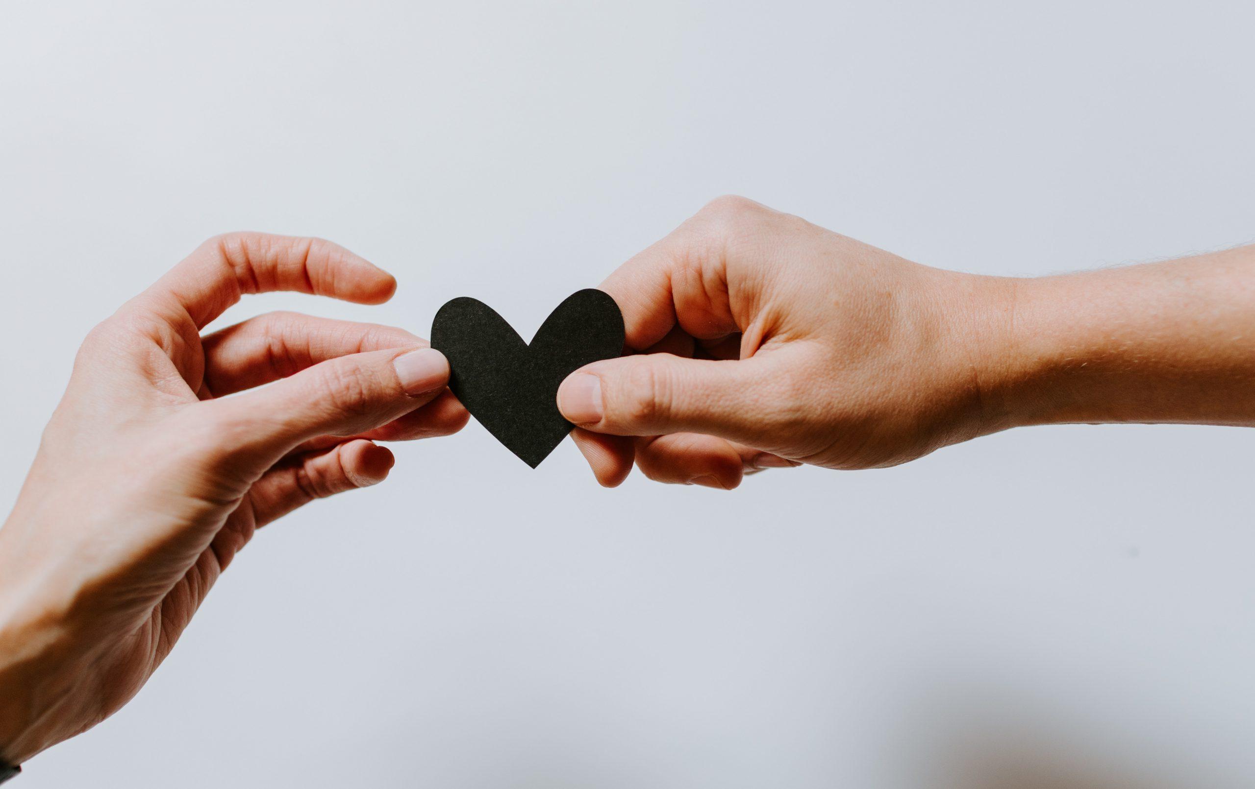 Zwei Hände halten ein kleines Herz
