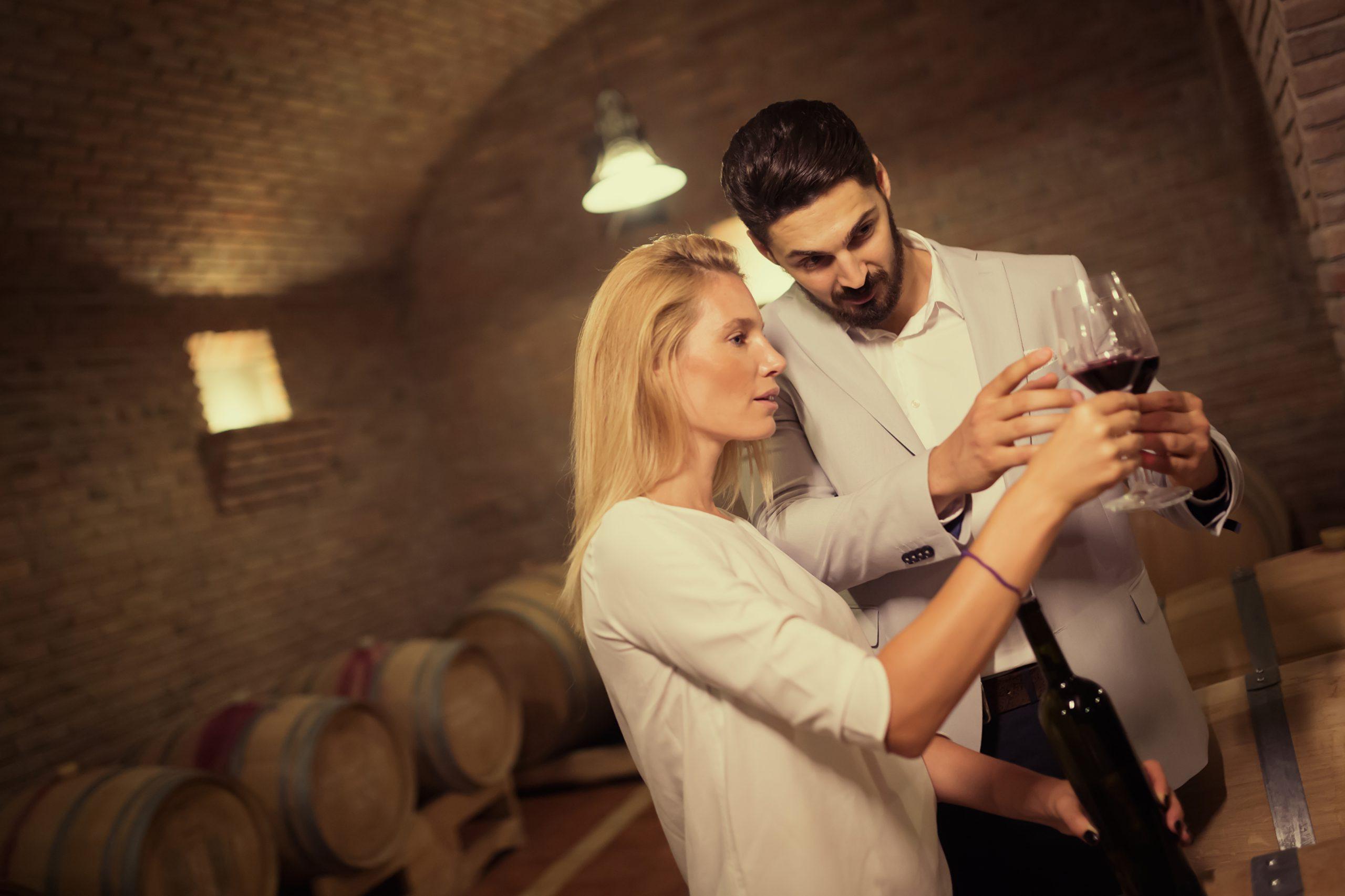 Im Weinkeller, Frau und Mann, Weinverkostung
