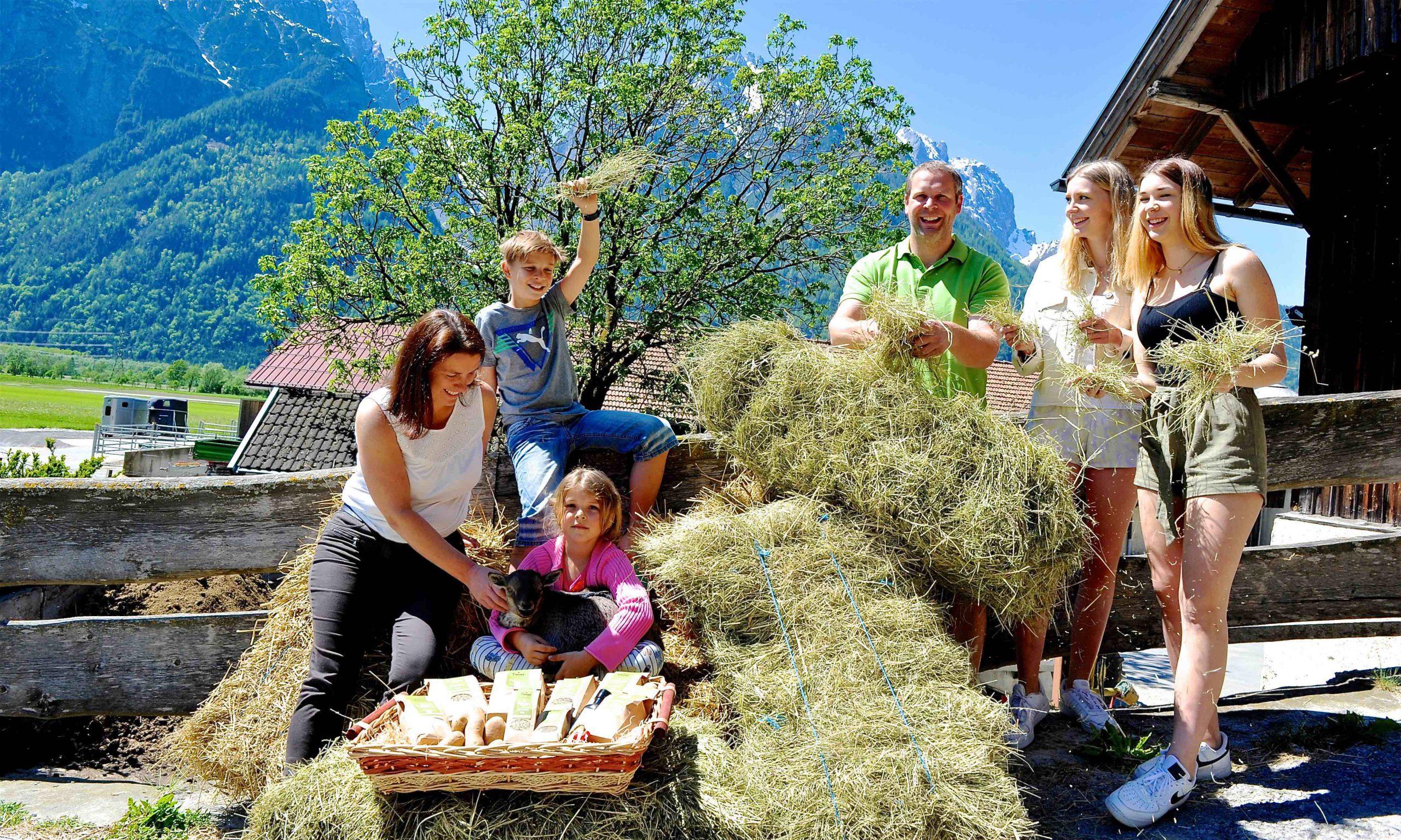 Bauernhof-Familie mit Heu