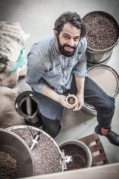 Mann mit Kaffeebohnen
