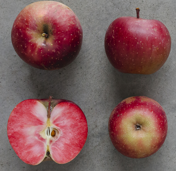 Apfel ganz und halbiert, innen rot
