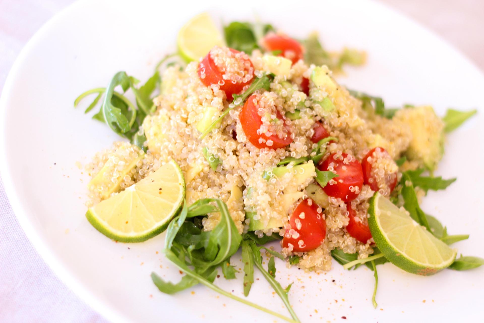 Quinoa Salat mit Tomaten und Zitronen