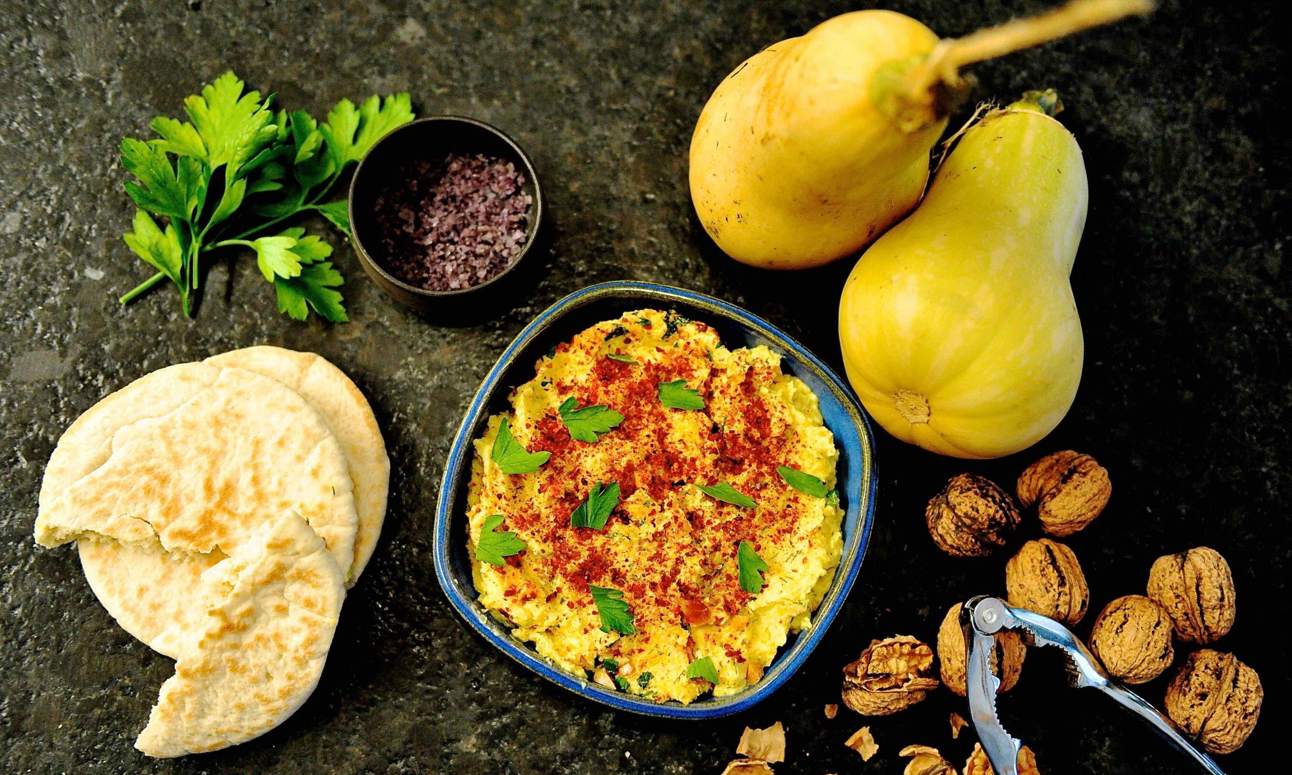 Butternusskürbis, Brot und Nüsse zu einer Schale Borani