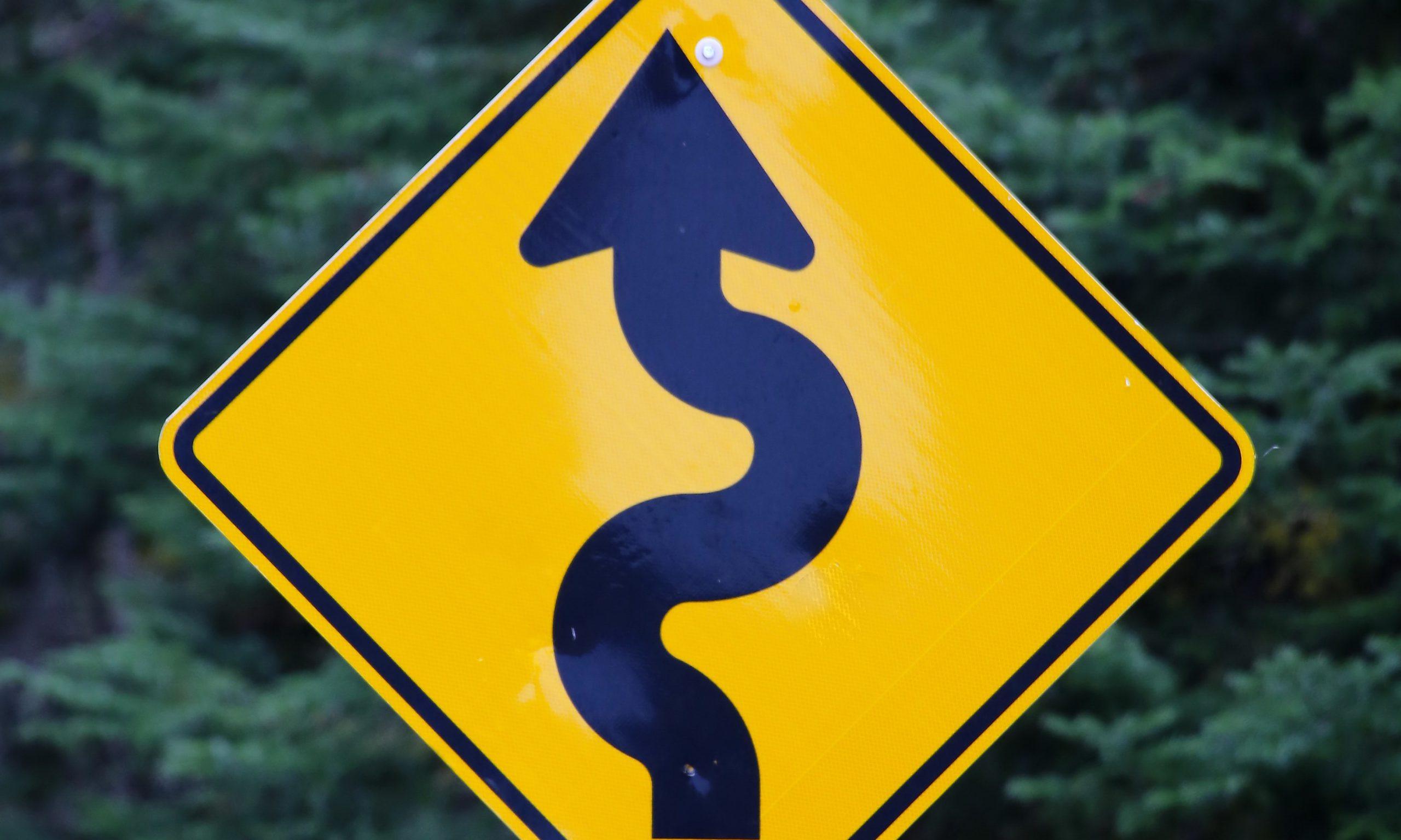 Roadmap Pfeil, Verkehrsschild mit Schlangenlinie