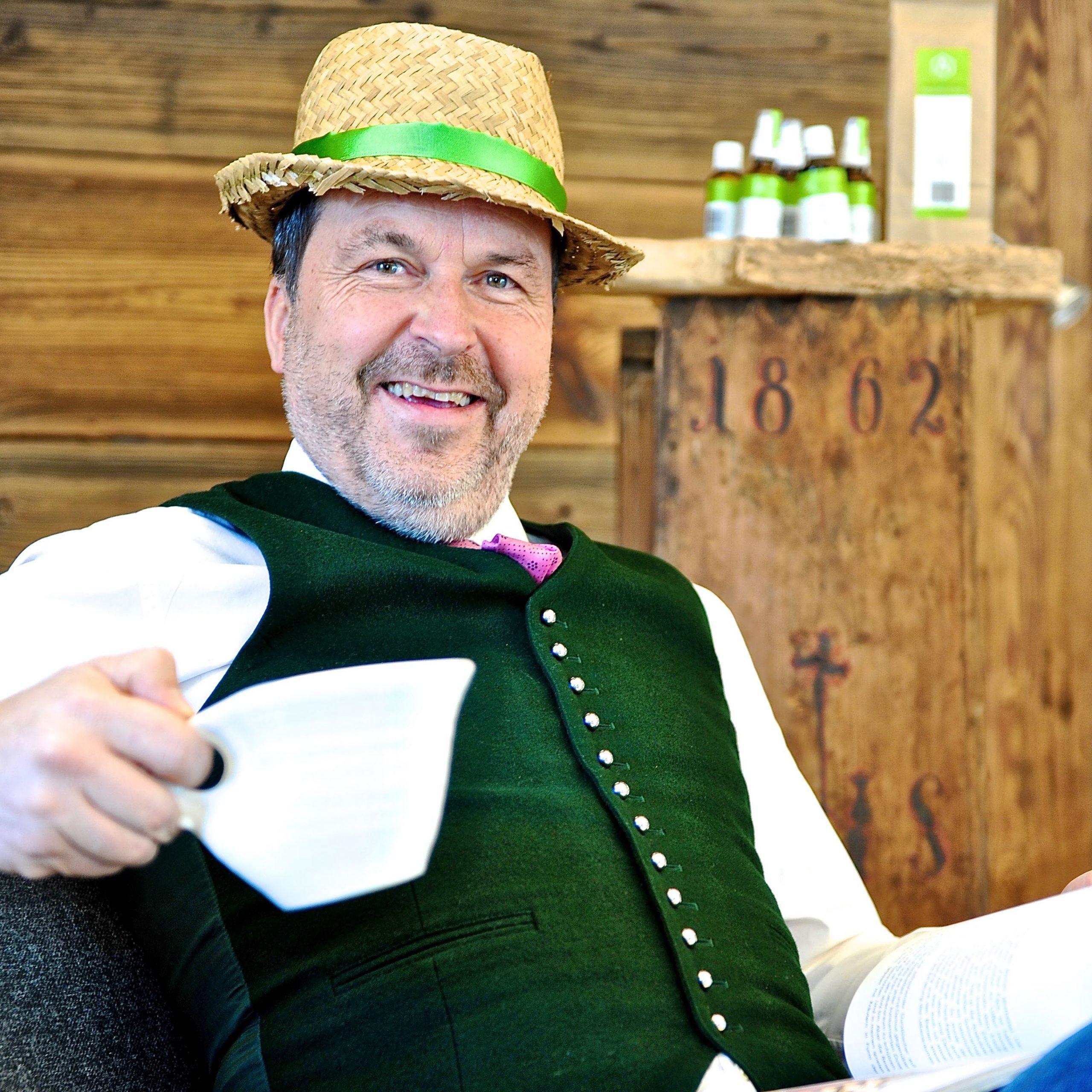 Mann in Tracht mit Hut