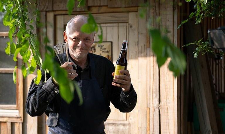 Gerhard Köhler mit einer Flasche Bier in der Hand