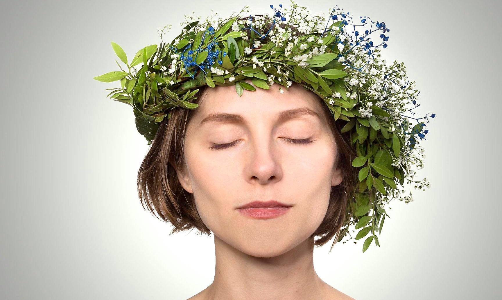 Frau mit Blüten-Blätterkranz