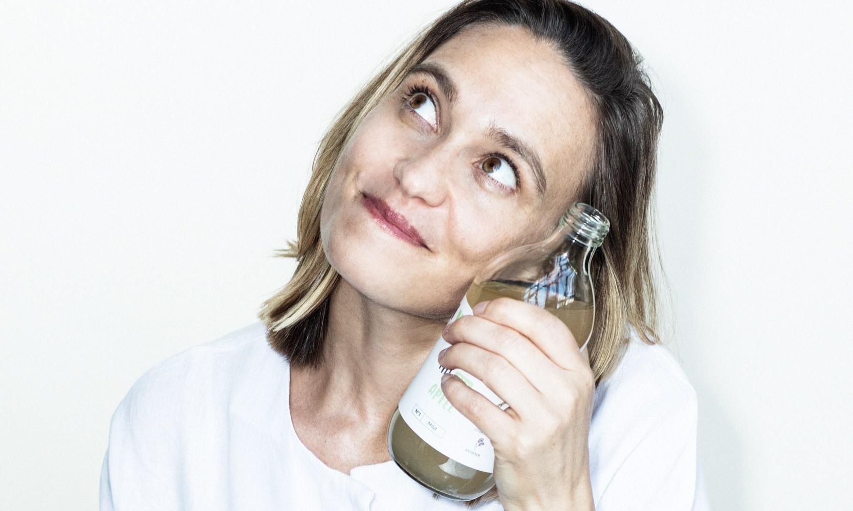 Anna Abermann mit einer Flasche Pona