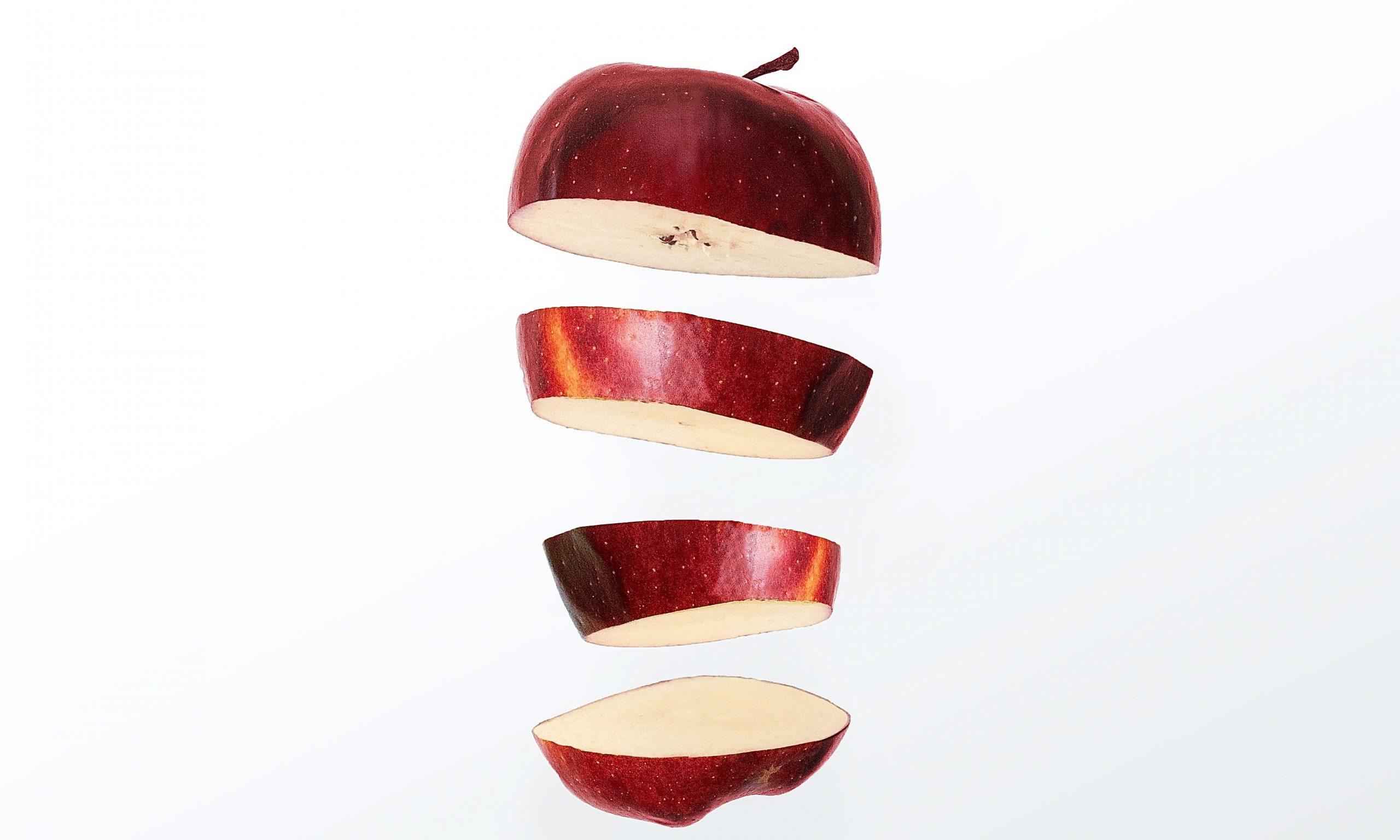Apfel in vier Teile geschnitten