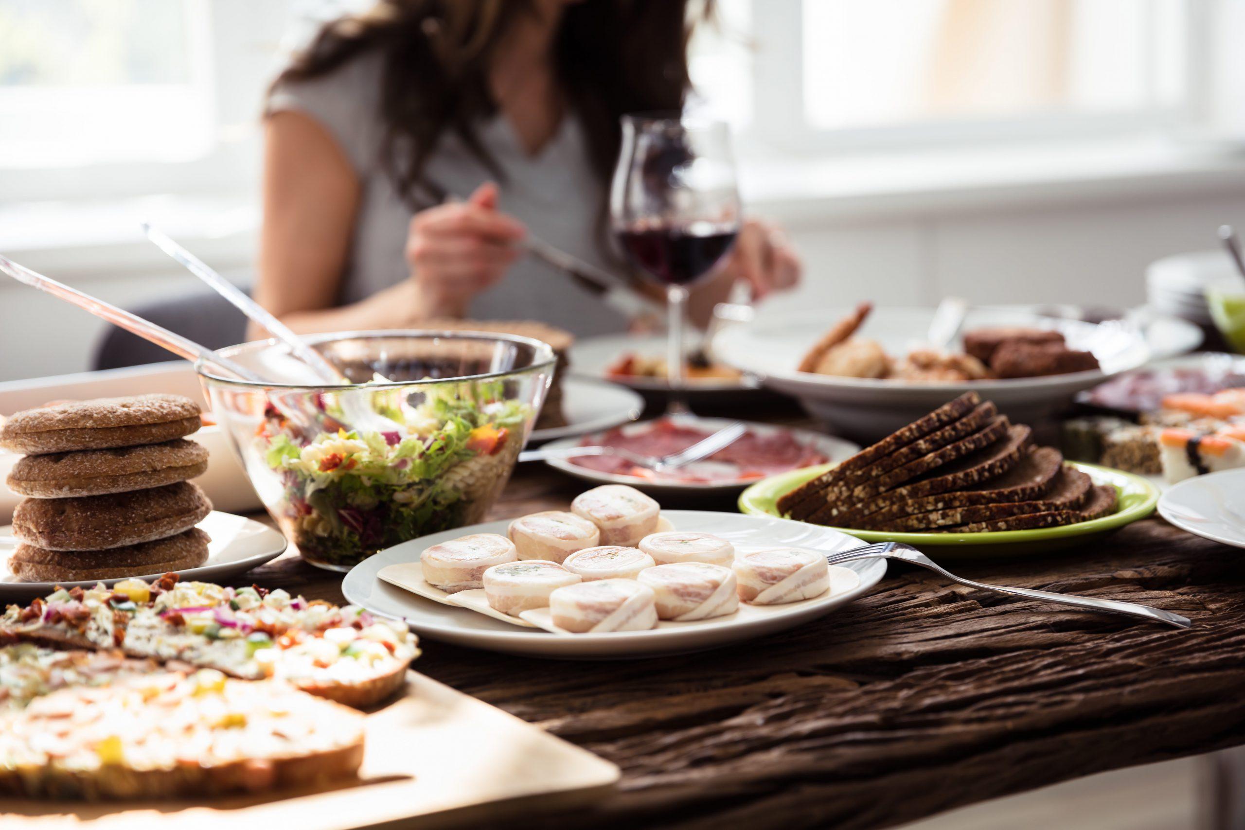 Reichlich gedeckter Tisch mit Weinglas