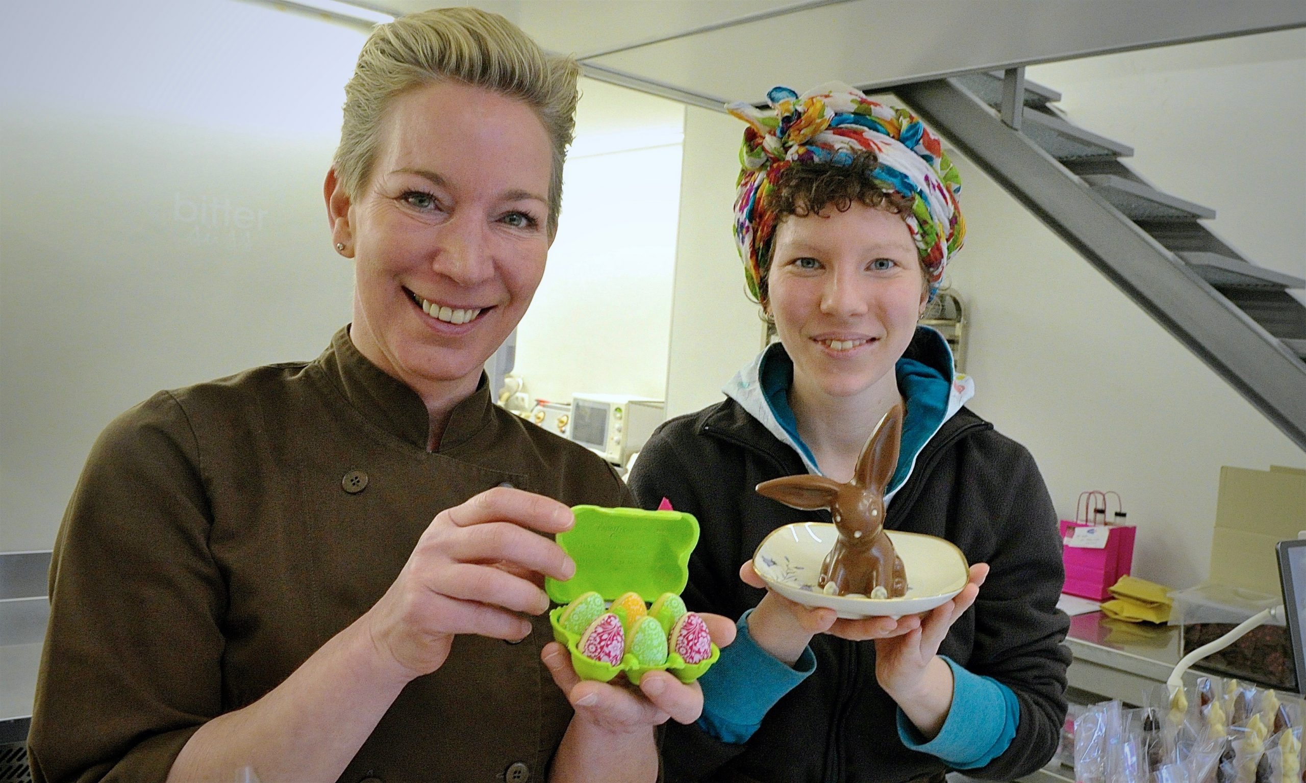 zwei Frauen mit Schokoladenostereiern und Schokoladenosterhase