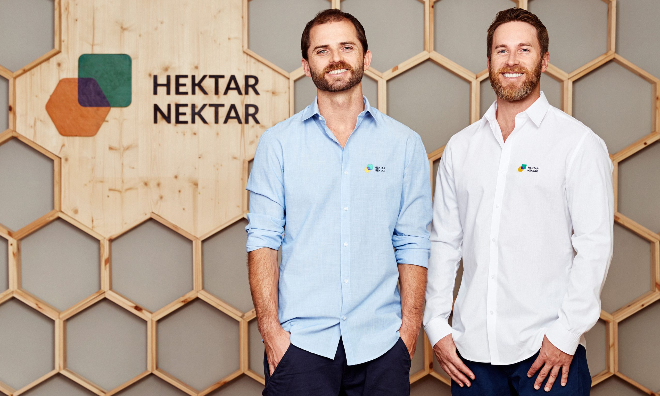 Mark und Martin Poreda vor dem Hektar Nektar Logo