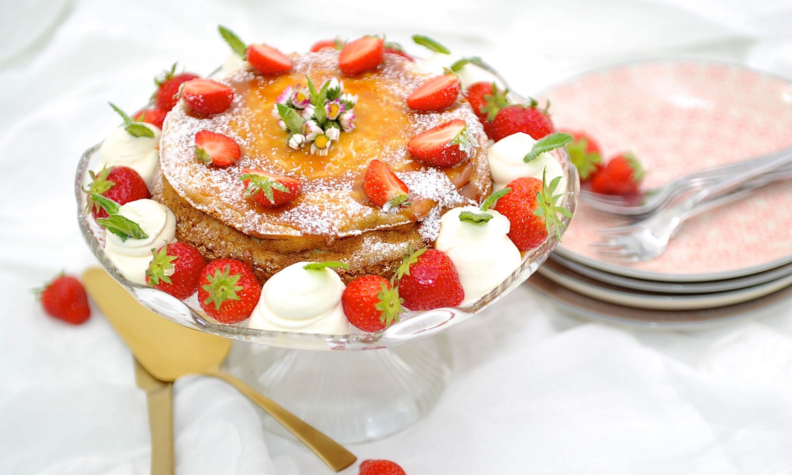 Cheescake mit Erdbeeren und Gänseblümchen