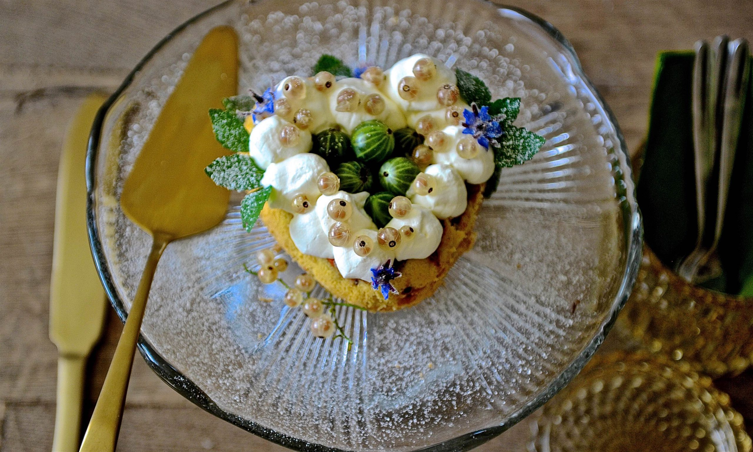 Kuchen in Herzform mit Beeren