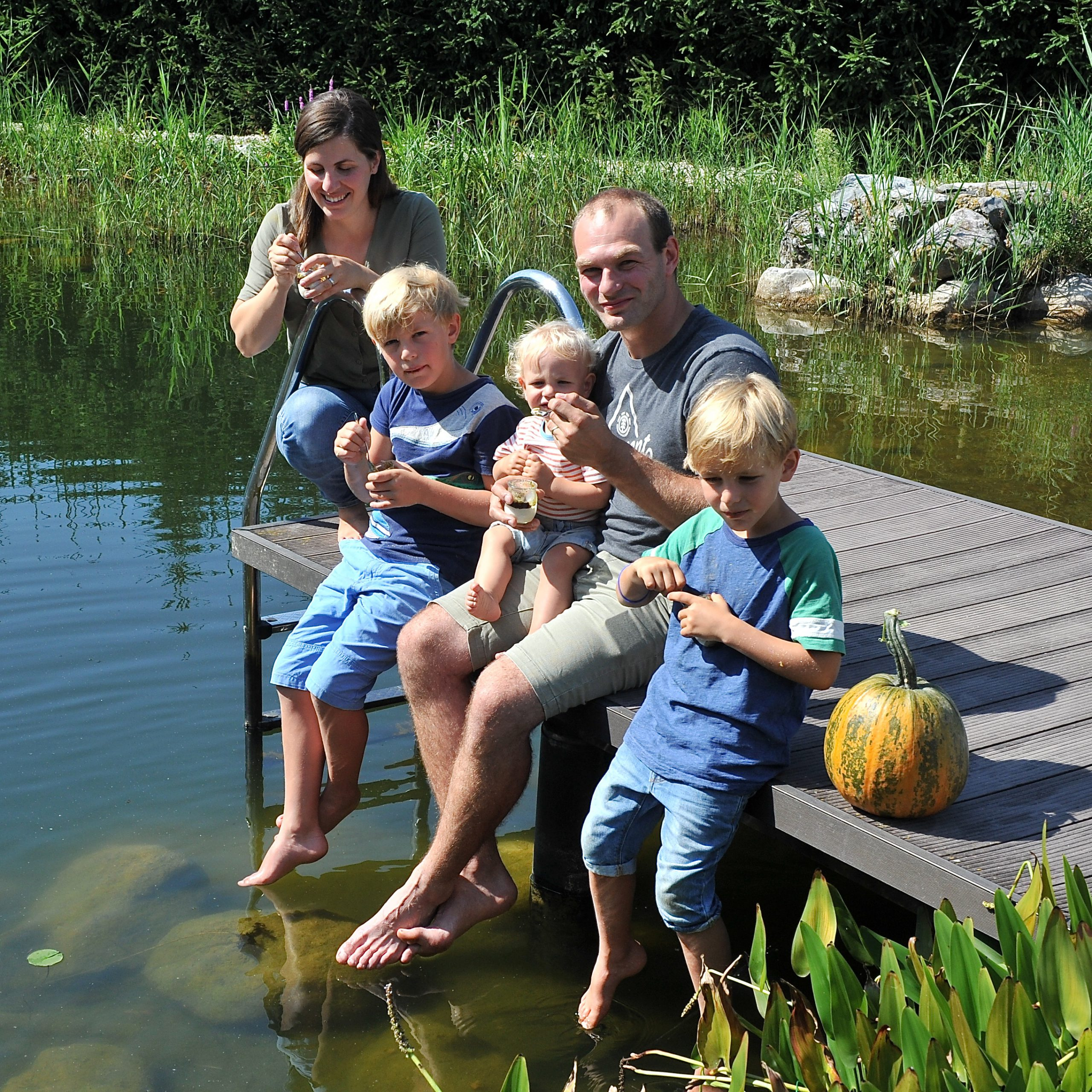 Familie am Teich