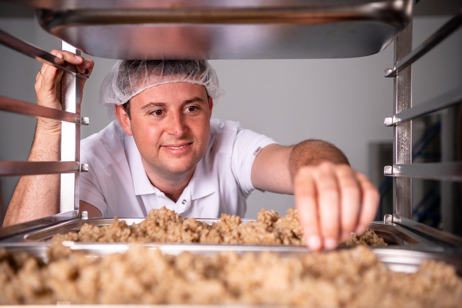 Mann in der Lebensmittelproduktion